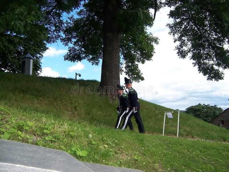 Στρατιώτες φρουράς του νορβηγικού βασιλιά στο φρούριο Akershus Οι αποδοκιμασίες της φρουράς βρίσκονται στο φρούριο Τον Ιούλιο του στοκ φωτογραφίες