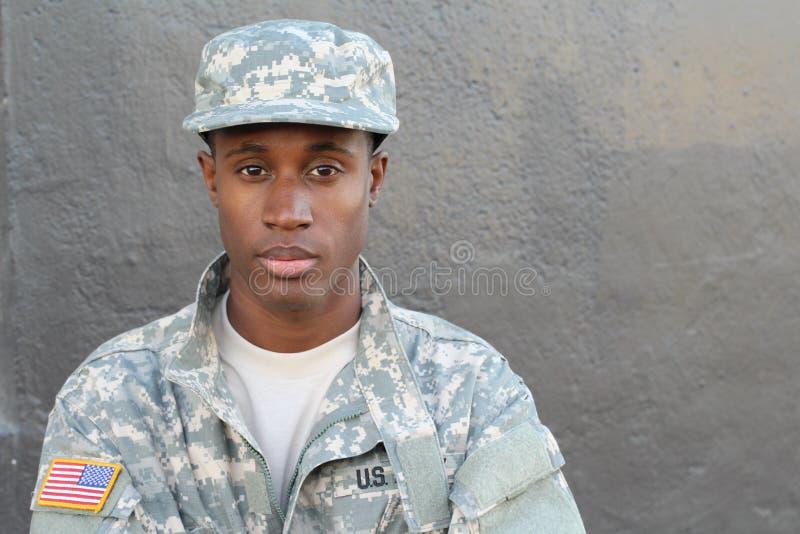 Στρατιώτης αφροαμερικάνων παλαιμάχων που απομονώνεται στοκ φωτογραφία