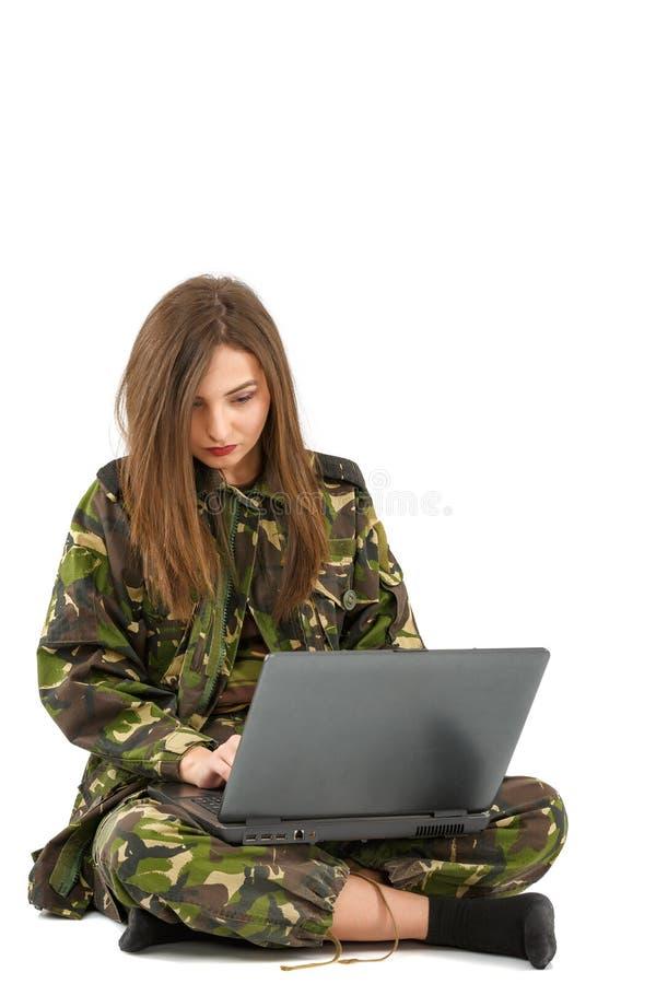 στρατιώτης γυναικών στην εξάρτηση κάλυψης με ένα lap-top στοκ φωτογραφία με δικαίωμα ελεύθερης χρήσης