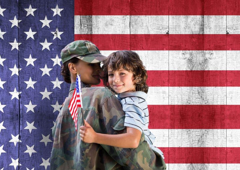 στρατιώτης και γιος μπροστά από την αμερικανική σημαία στοκ εικόνες