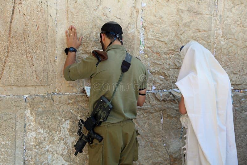 Στρατιώτης και εβραϊκή προσευχή στο δυτικό τοίχο στοκ εικόνες