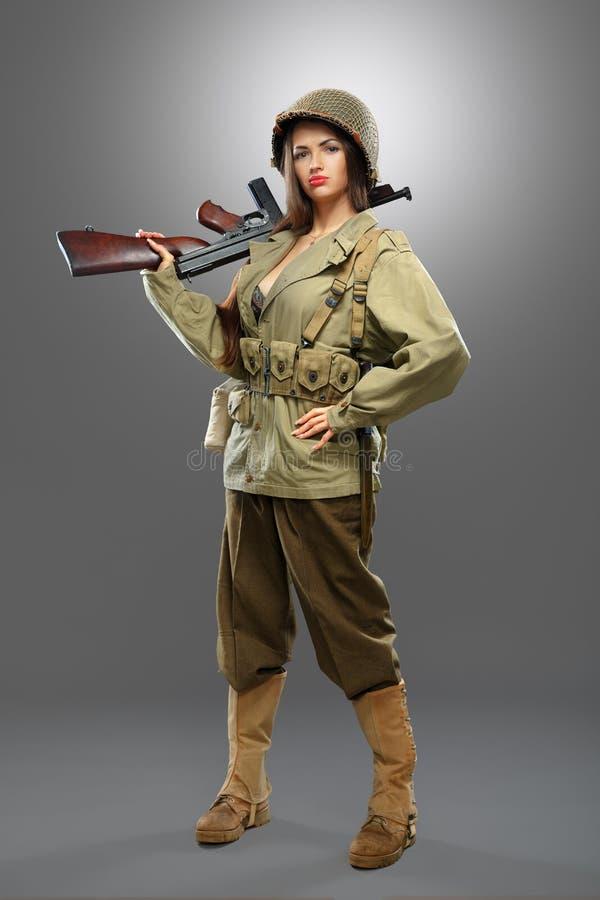 Στρατιώτης κοριτσιών με το πυροβόλο όπλο του Tommy στοκ φωτογραφίες με δικαίωμα ελεύθερης χρήσης