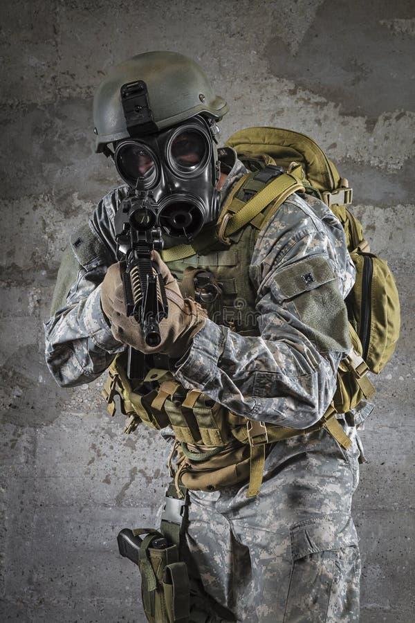 Στρατιώτης μασκών αερίου που στοχεύει το τουφέκι στοκ εικόνα