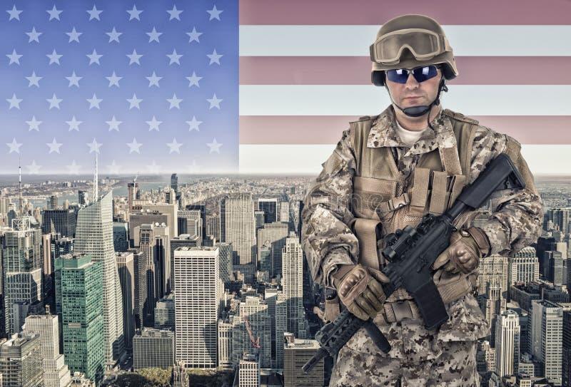 Στρατιώτης με την πόλη της Νέας Υόρκης στοκ εικόνες με δικαίωμα ελεύθερης χρήσης