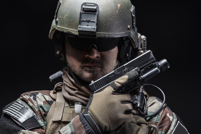 Στρατιώτης με το πιστόλι στοκ εικόνα