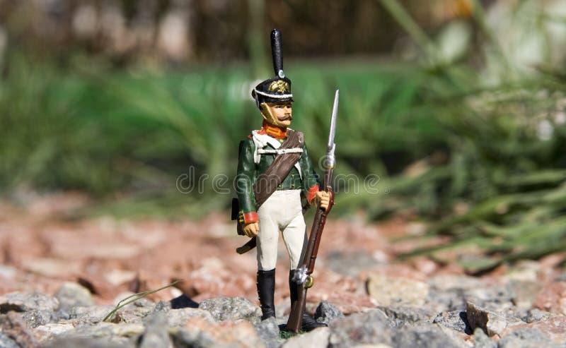 Στρατιώτης παιχνιδιών μεταξύ των βράχων στοκ εικόνες