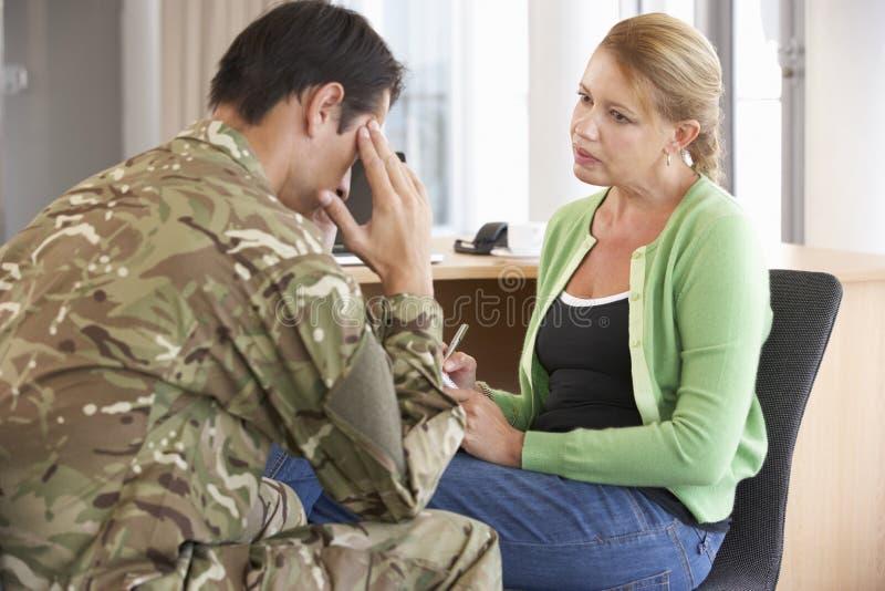 Στρατιώτης που έχει τη σύνοδο παροχής συμβουλών στοκ εικόνα