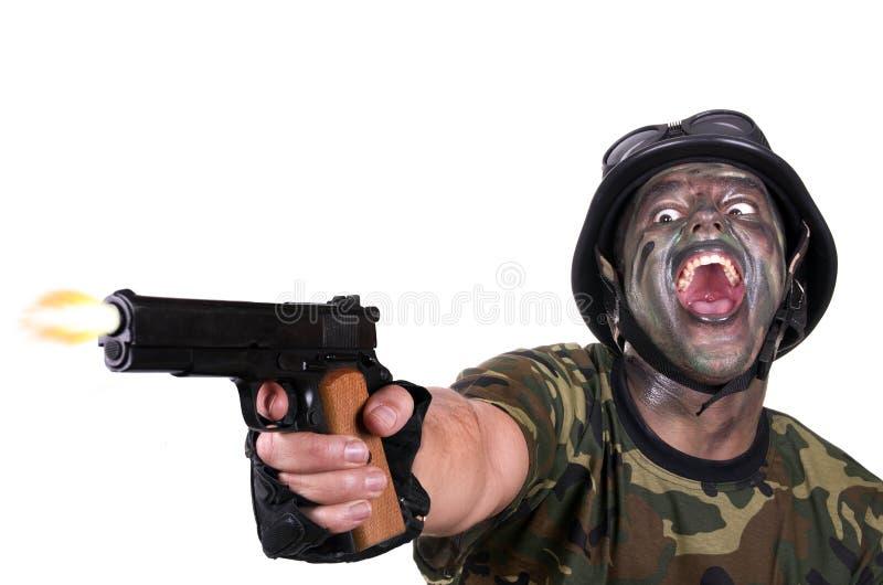 0 στρατιώτης που βάζει φωτιά στο πυροβόλο όπλο στοκ φωτογραφία με δικαίωμα ελεύθερης χρήσης