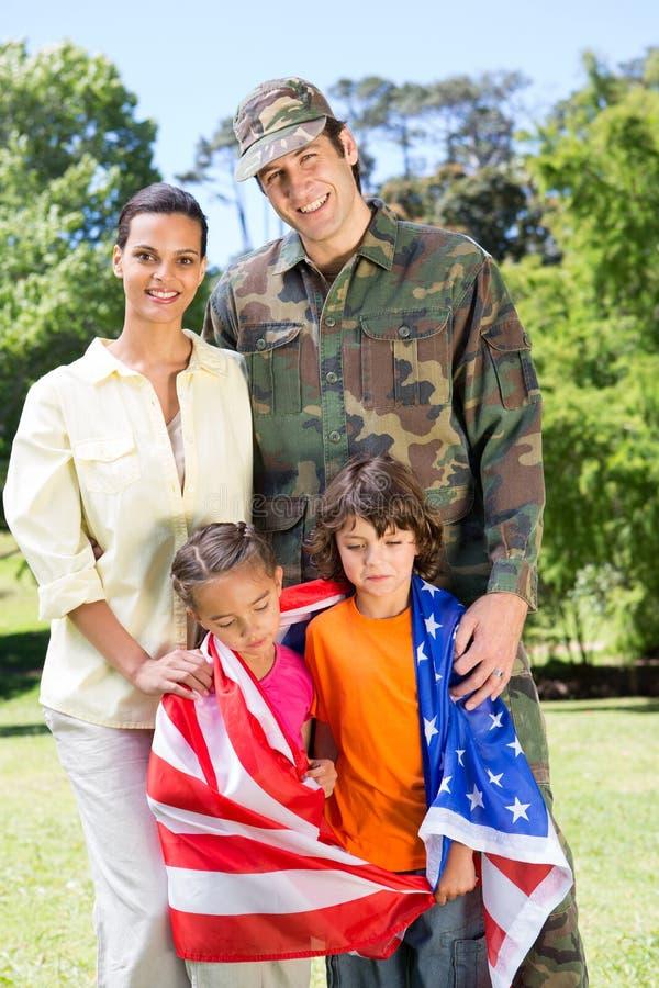 Στρατιώτης που επανασυνδέεται αμερικανικός με την οικογένεια στοκ φωτογραφία
