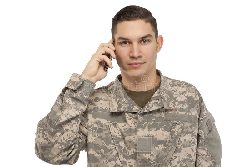 Στρατιώτης που μιλά στο κινητό τηλέφωνο στοκ εικόνα