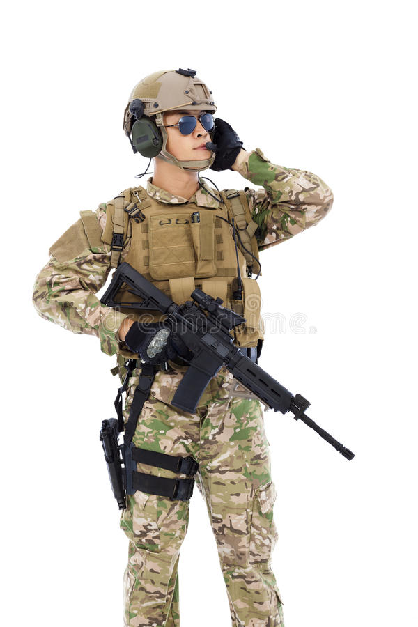 Στρατιώτης που μιλά το φορητό ραδιοσταθμό Απομονωμένος στο λευκό στοκ φωτογραφία με δικαίωμα ελεύθερης χρήσης