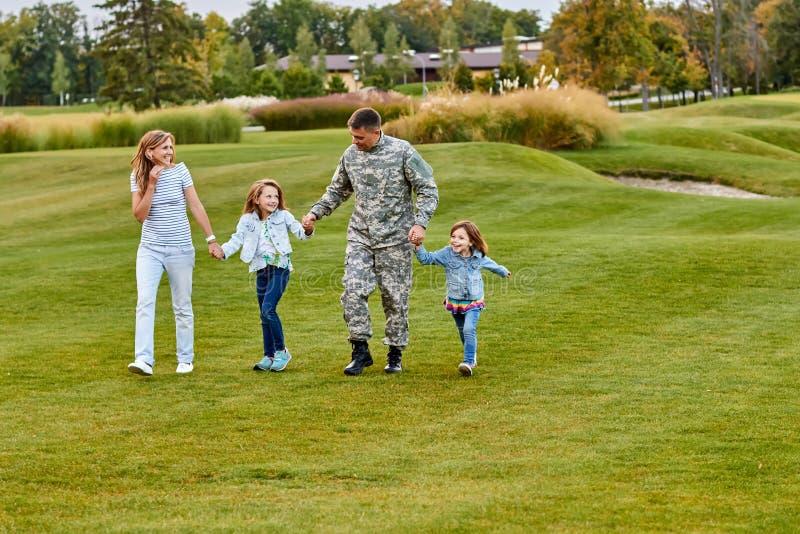 Στρατιώτης που περπατά με τα παιδιά και τη σύζυγο στοκ εικόνα με δικαίωμα ελεύθερης χρήσης