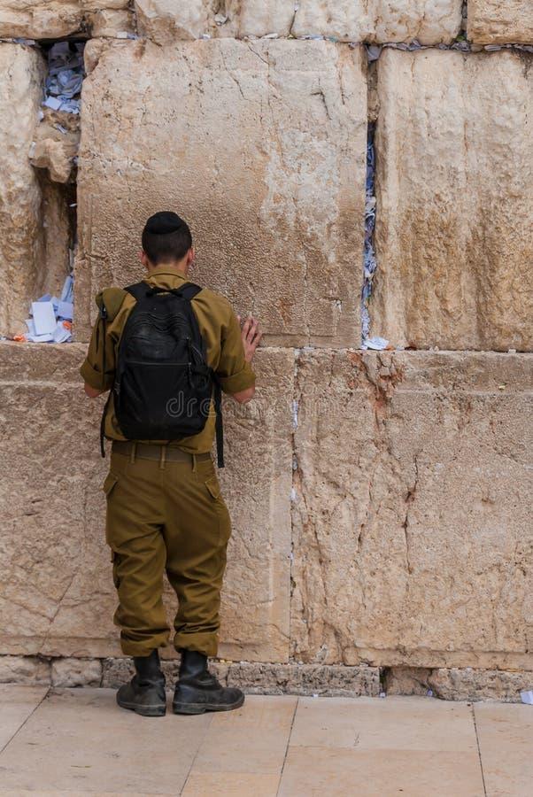 Στρατιώτης που προσεύχεται στο δυτικό τοίχο, Ιερουσαλήμ, Ισραήλ στοκ φωτογραφίες με δικαίωμα ελεύθερης χρήσης