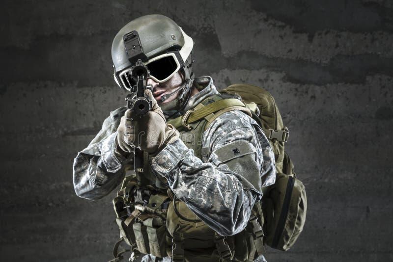Στρατιώτης που στοχεύει ένα τουφέκι στοκ εικόνες
