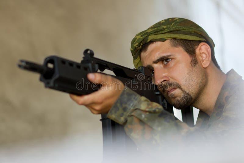 Στρατιώτης που στοχεύει με ένα πυροβόλο όπλο στοκ φωτογραφίες με δικαίωμα ελεύθερης χρήσης