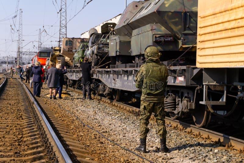 Στρατιώτης που φρουρεί την κινητή έκθεση των τροπαίων του ρωσικού στρατού κατά τη διάρκεια της συριακής εκστρατείας στοκ φωτογραφία με δικαίωμα ελεύθερης χρήσης