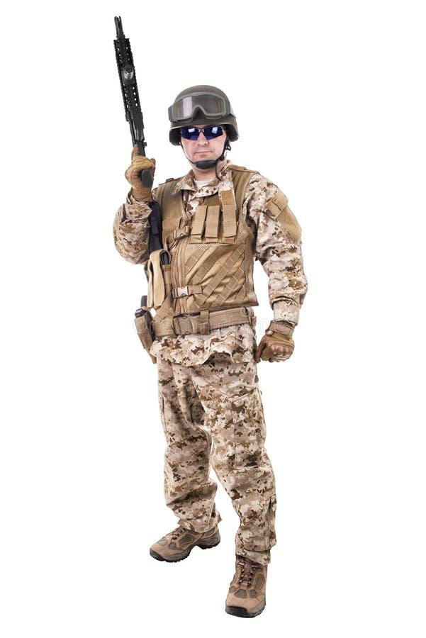 Στρατιώτης σε ομοιόμορφο, έτοιμος να παλεψει στοκ φωτογραφία με δικαίωμα ελεύθερης χρήσης