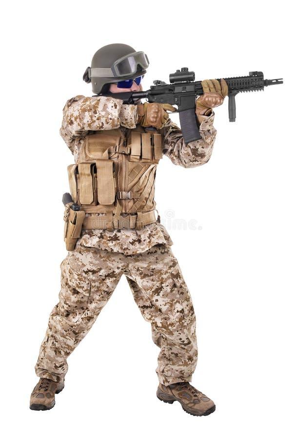 Στρατιώτης σε ομοιόμορφο, έτοιμος να παλεψει στοκ φωτογραφίες με δικαίωμα ελεύθερης χρήσης