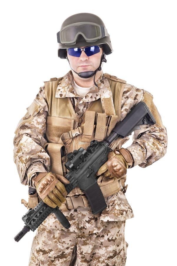 Στρατιώτης σε ομοιόμορφο, έτοιμος να παλεψει στοκ εικόνα
