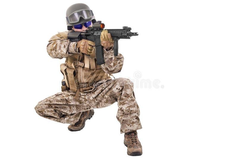 Στρατιώτης σε ομοιόμορφο, έτοιμος να παλεψει στοκ φωτογραφία