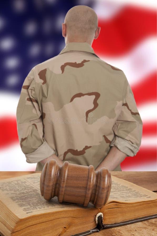 Στρατιώτης στο δικαστήριο στοκ εικόνες