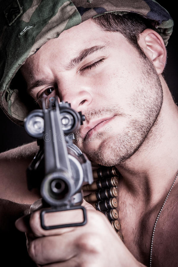 Στρατιώτης στρατού με το πυροβόλο όπλο στοκ εικόνα με δικαίωμα ελεύθερης χρήσης