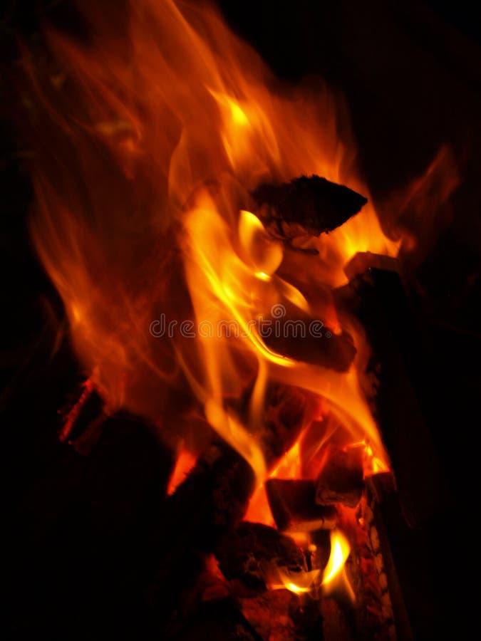 Στρατοπέδευση με μια πυρκαγιά στοκ φωτογραφίες