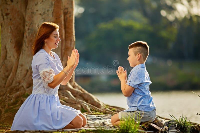Στρατοπέδευση με το γιο μου κοντά στη λίμνη στοκ εικόνες με δικαίωμα ελεύθερης χρήσης