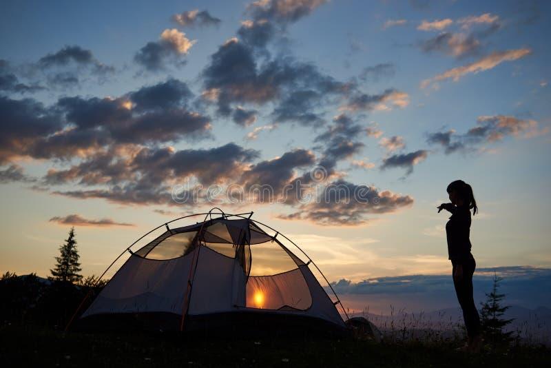 Στρατοπέδευση στην αυγή πάνω από το βουνό Η νέα παρουσίαση γυναικών σκιαγραφιών παραδίδει την απόσταση στοκ φωτογραφία