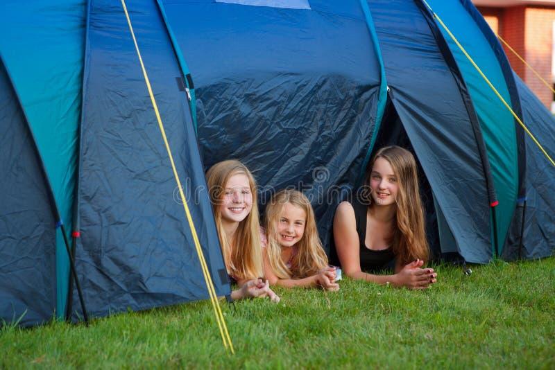 Στρατοπέδευση τριών κοριτσιών στοκ φωτογραφίες
