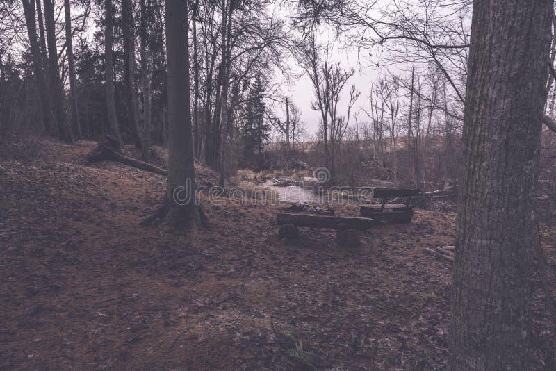 στρατοπεδεύοντας και στηργμένος περιοχή από τον ποταμό με τον πάγκο και την εστία - στοκ φωτογραφίες με δικαίωμα ελεύθερης χρήσης