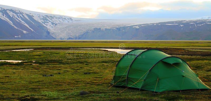 Στρατοπεδεύοντας κοντά στην καλύβα Hvitarnes, Ισλανδία στοκ εικόνες