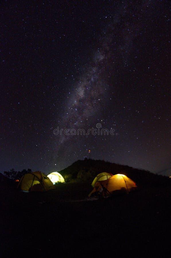 Στρατόπεδο βάσεων Senaru με τη milkyway άποψη Τοποθετήστε Rinjani είναι ένα ενεργό ηφαίστειο στην Ινδονησία Ορατή και μαλακή εστί στοκ εικόνες