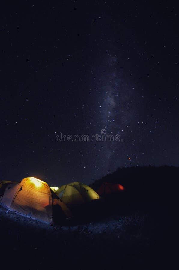 Στρατόπεδο βάσεων Senaru με τη milkyway άποψη Τοποθετήστε Rinjani είναι ένα ενεργό ηφαίστειο στην Ινδονησία Ορατή και μαλακή εστί στοκ φωτογραφίες
