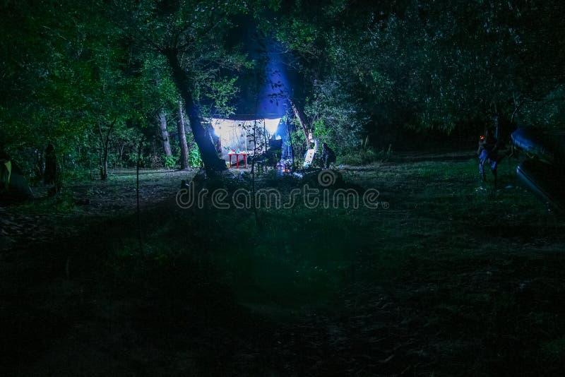 Στρατόπεδο νύχτας των κυνηγών στοκ εικόνες με δικαίωμα ελεύθερης χρήσης