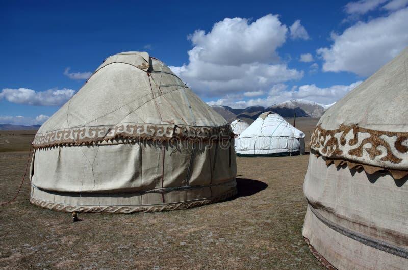 Στρατόπεδο Yurt γιος-Kul στην τελευταία λίμνη, βουνά Tian Shan με τα όμορφα παραδοσιακά νομαδικά σπίτια, Κιργιστάν στοκ εικόνες