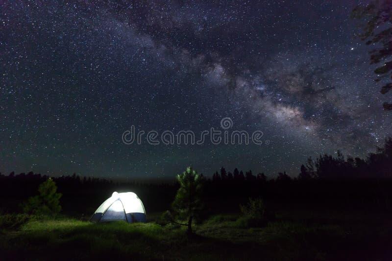 Στρατόπεδο κάτω από τα αστέρια στοκ φωτογραφίες με δικαίωμα ελεύθερης χρήσης