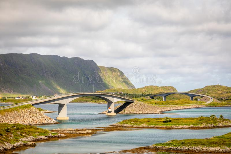Στριμμένος δρόμος εθνικών οδών με τις γέφυρες Freedvang στο φιορδ, νησί Lofoten, νομός Nordland δήμου Flakstad, Νορβηγία στοκ εικόνα