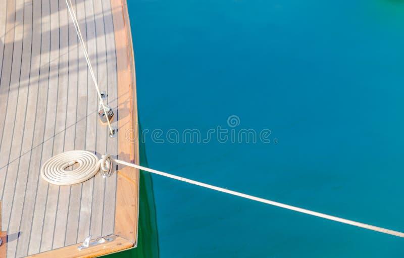 Στροβιλισμένο κατσαρωμένο τόξο σχοινιών στη ναυτική γραμμή πρόσδεσης γεφυρών βαρκών στοκ φωτογραφία με δικαίωμα ελεύθερης χρήσης