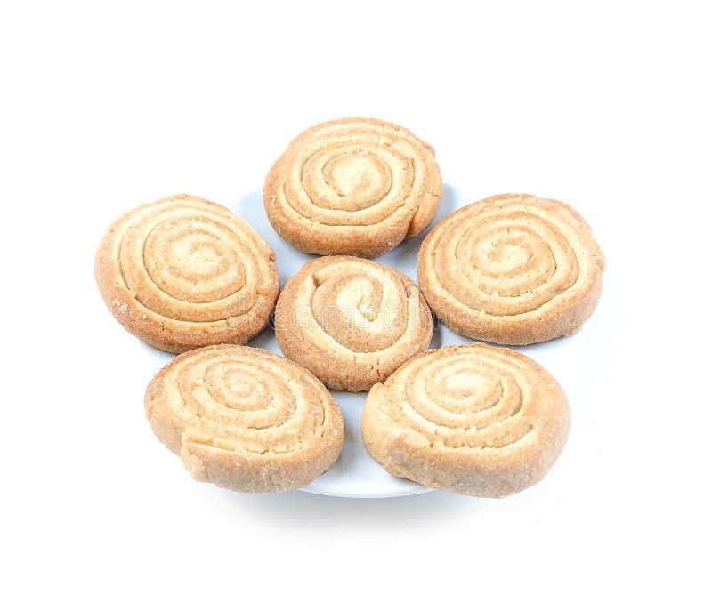 Στρογγυλά σπειροειδή μπισκότα σε ένα άσπρο πιάτο στο άσπρο υπόβαθρο στοκ φωτογραφίες