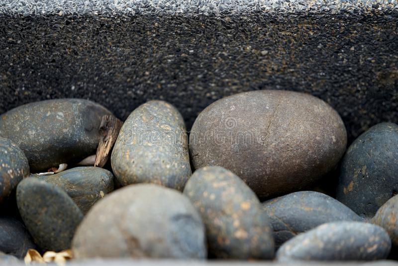 Στρογγυλές και ωοειδείς πέτρες μορφής με το συμπαγή τοίχο στοκ εικόνες με δικαίωμα ελεύθερης χρήσης