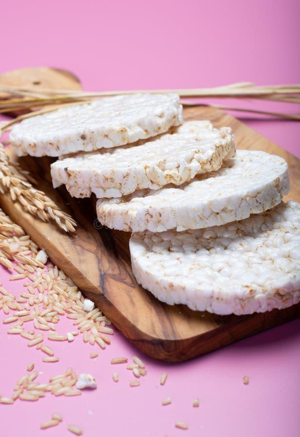 Στρογγυλές τριζάτες κροτίδες ρυζιού, διαιτητική έννοια και υγιές vegetari στοκ εικόνες με δικαίωμα ελεύθερης χρήσης