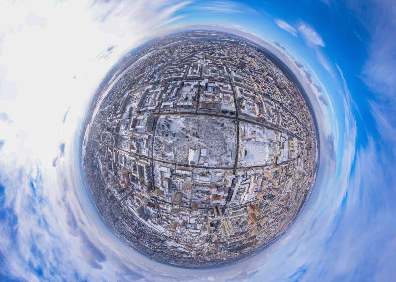Στρογγυλή εναέρια άποψη πανοράματος της ηλιόλουστης ημέρας πόλεων, το χειμερινό τοπίο της χιονώδους κωμόπολης, μπλε ουρανός με τα στοκ φωτογραφίες