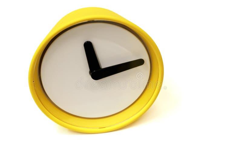 Στρογγυλή κίτρινη μπροστινή άποψη ρολογιών, κινηματογράφηση σε πρώτο πλάνο, που απομονώνεται στο άσπρο υπόβαθρο στοκ φωτογραφία