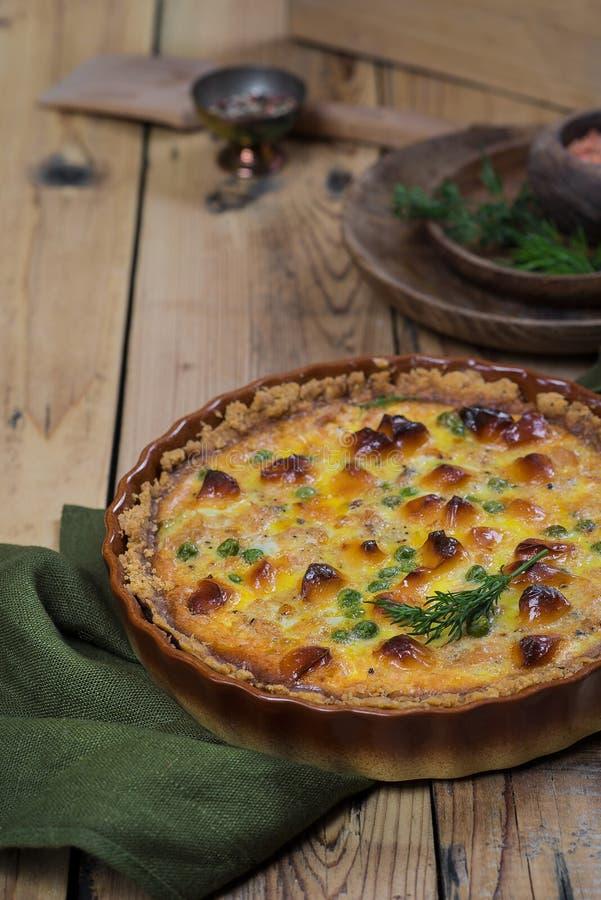 Στρογγυλή κατακόκκινη ανοικτή πίτα με την πλήρωση λαχανικών και τυριών στοκ φωτογραφία με δικαίωμα ελεύθερης χρήσης