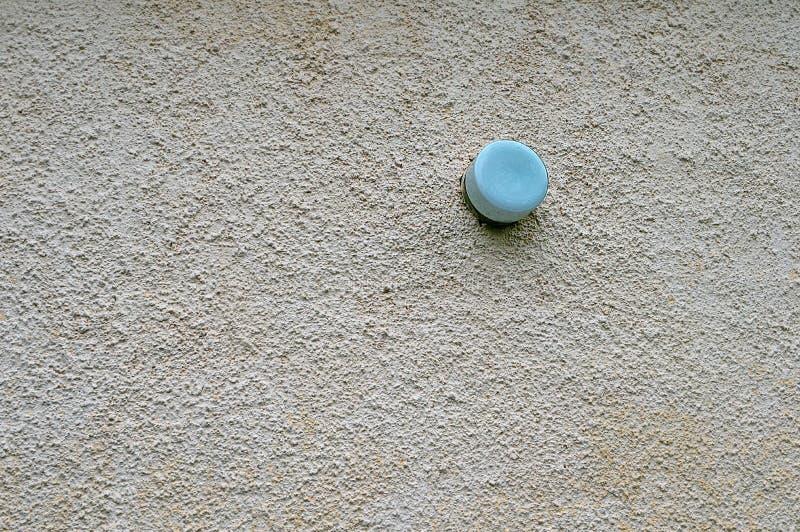 Στρογγυλή μπλε γυάλινη λυχνία στο τοίχωμα του σπιτιού στοκ εικόνες με δικαίωμα ελεύθερης χρήσης