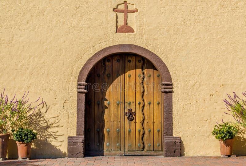 Στρογγυλή ξύλινη πόρτα σε μια αποστολή Καλιφόρνιας στοκ εικόνα