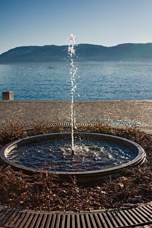 Στρογγυλή πηγή με την ανάβλυση νερού, στην ακτή της λίμνης Maggiore μέσα στοκ φωτογραφίες