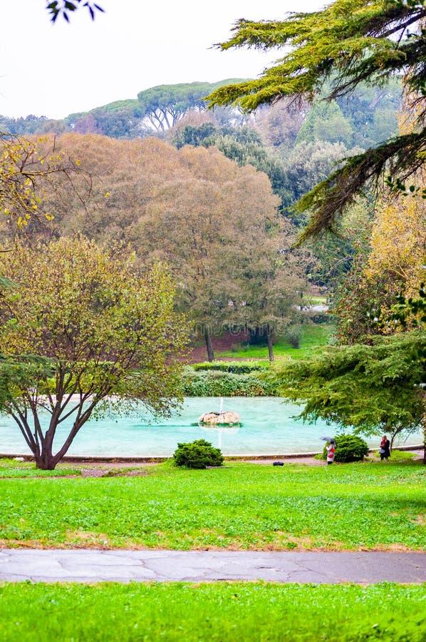 Στρογγυλή πηγή της βίλας Borghese που περιβάλλεται με τη δονούμενη ανάπτυξη χλωρίδας στο πάρκο Borghese στη Ρώμη, Ιταλία στοκ εικόνα με δικαίωμα ελεύθερης χρήσης