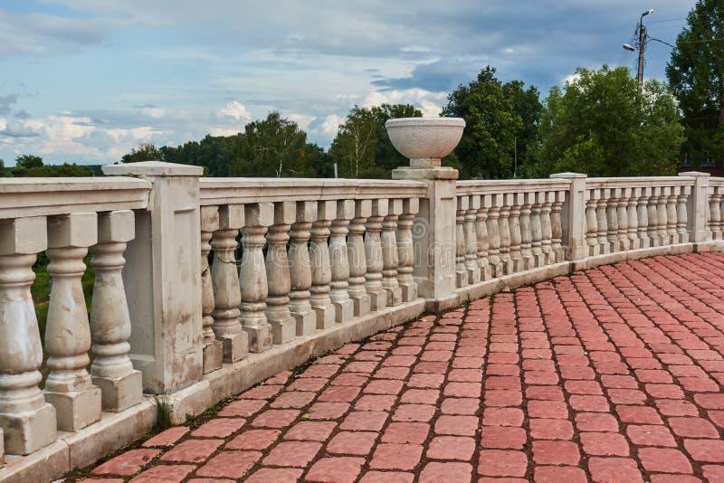 Στρογγυλευμένος διακοσμητικός φράκτης πετρών στην άκρη του πεζοδρομίου στοκ εικόνες